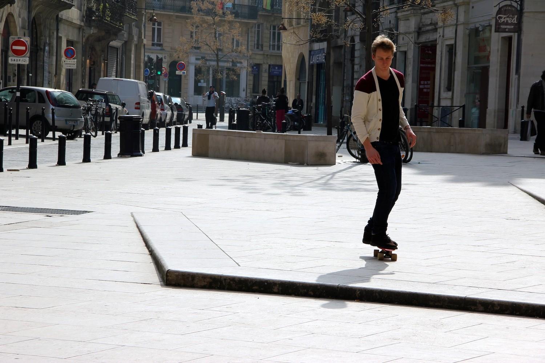 Casual en skate sur les quais de Bordeaux !
