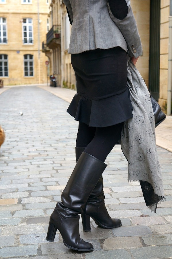 Jupe Zara, écharpe Louis Vuitton