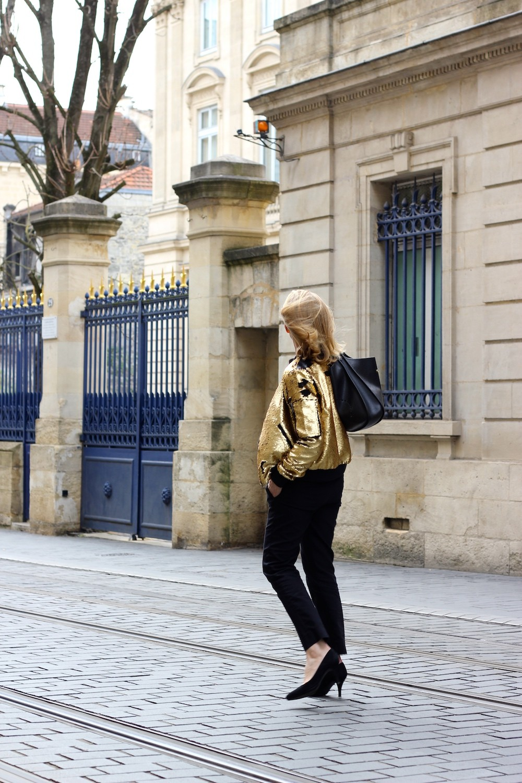 Avec une pièce aussi forte, j »ai choisi de jouer la simplicité, surtout la  sobriété, je vis à Bordeaux, ville réputée bourgeoise. c64596ea0aa
