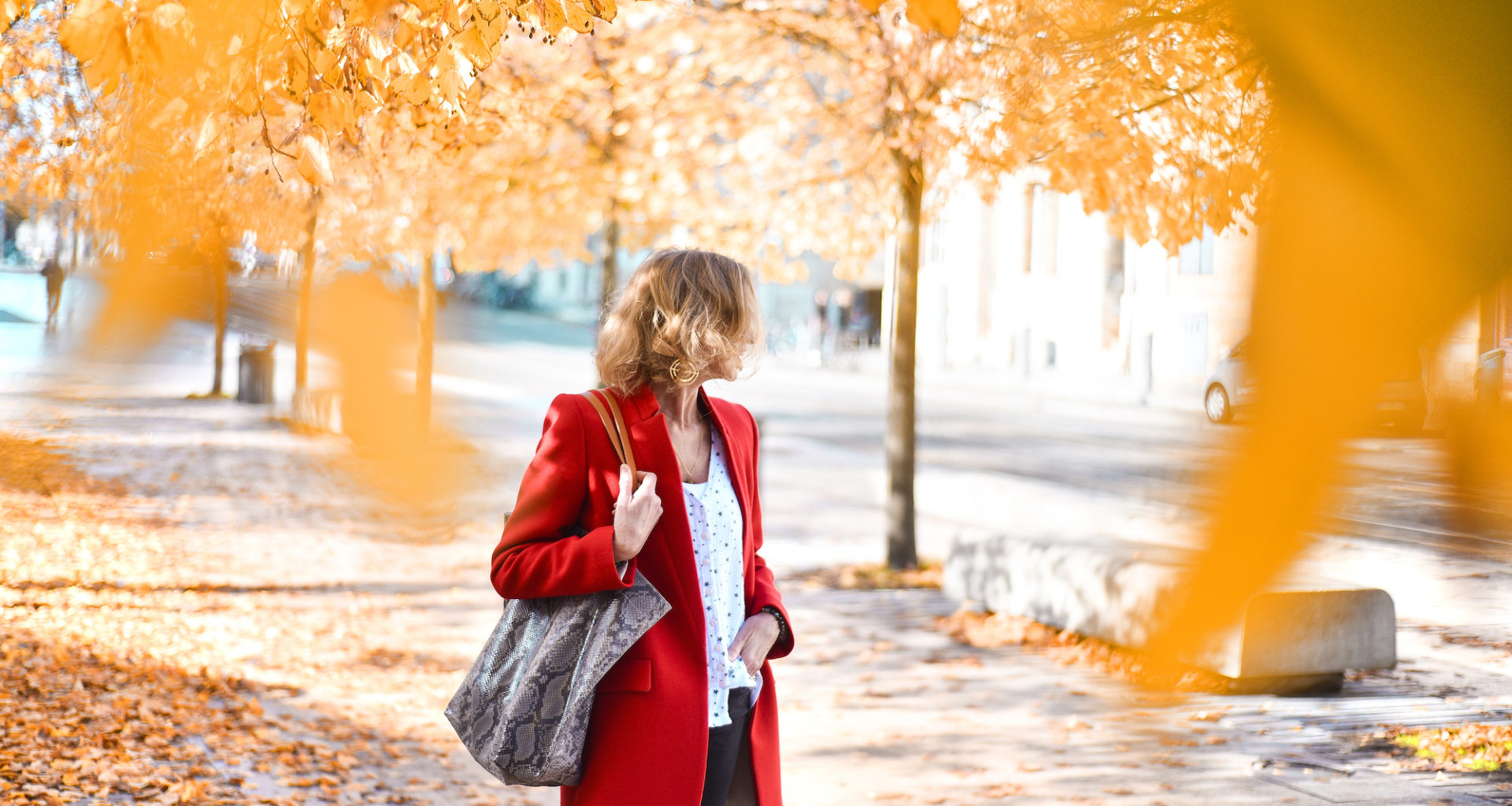 Manteau rouge et feuilles mordorés