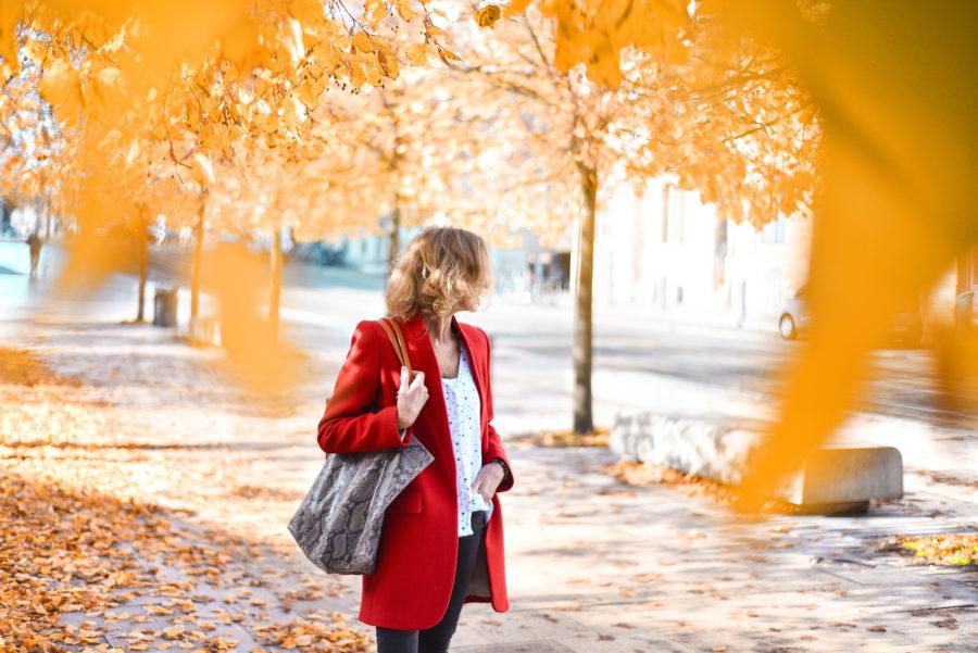 Manteau rouge et feuilles mordorés !